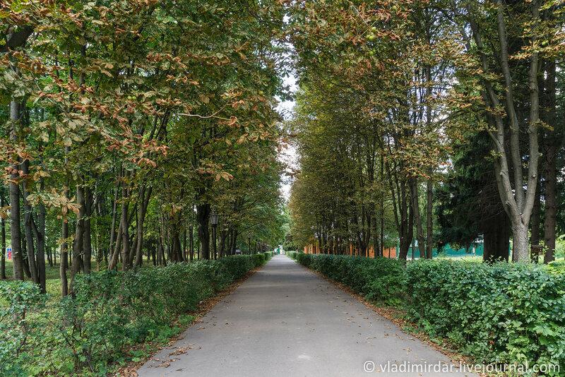 Монастырская аллея в парке.Крестовоздвиженский монастырь.