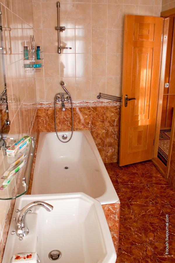 Ванная комната каюты люкс на ретро-теплоходе «Максим Горький»