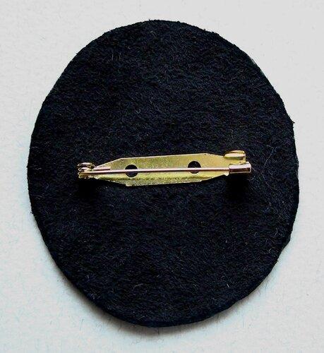 26. Бумажную подложку клеим к фетру, а кожаную часть сшиваем уже знакомым методом.
