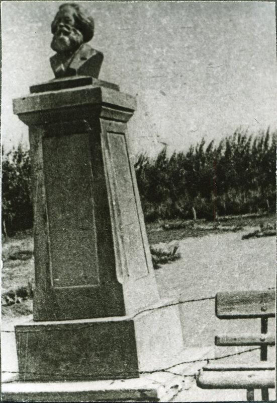 Памятник К.Марксу у главпочтампта