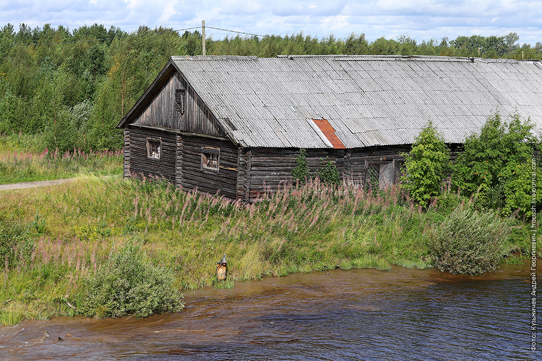 строения на берегу Беломорканала фотография