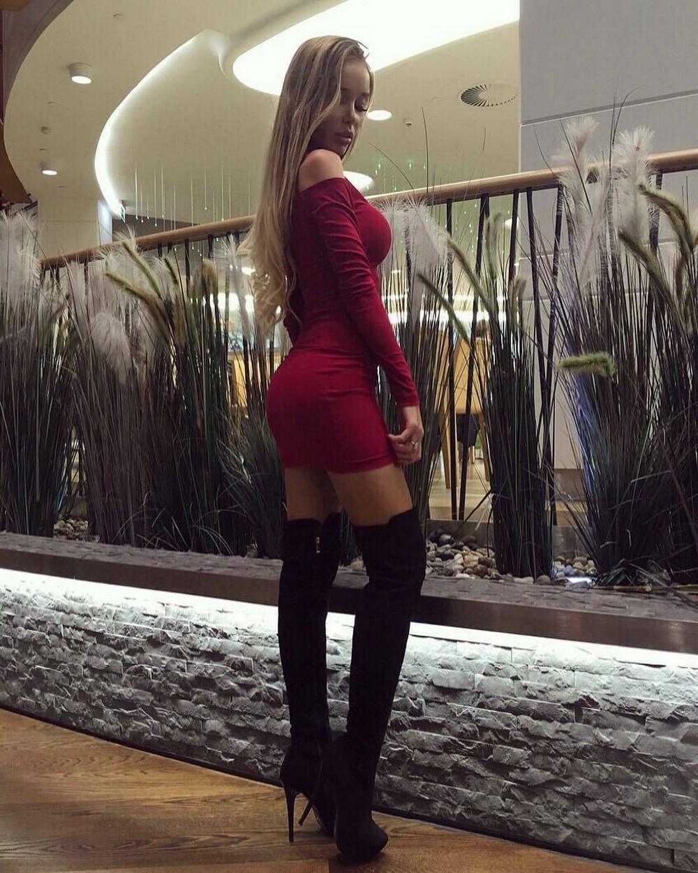 блондинка в коротком облегающем платье и в колготках притяжения взгляда