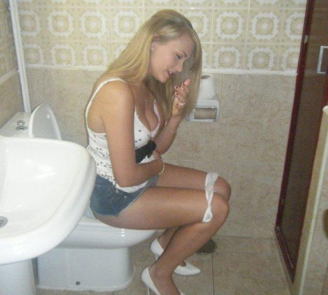 Некуда бежать: девушек застукали в туалете