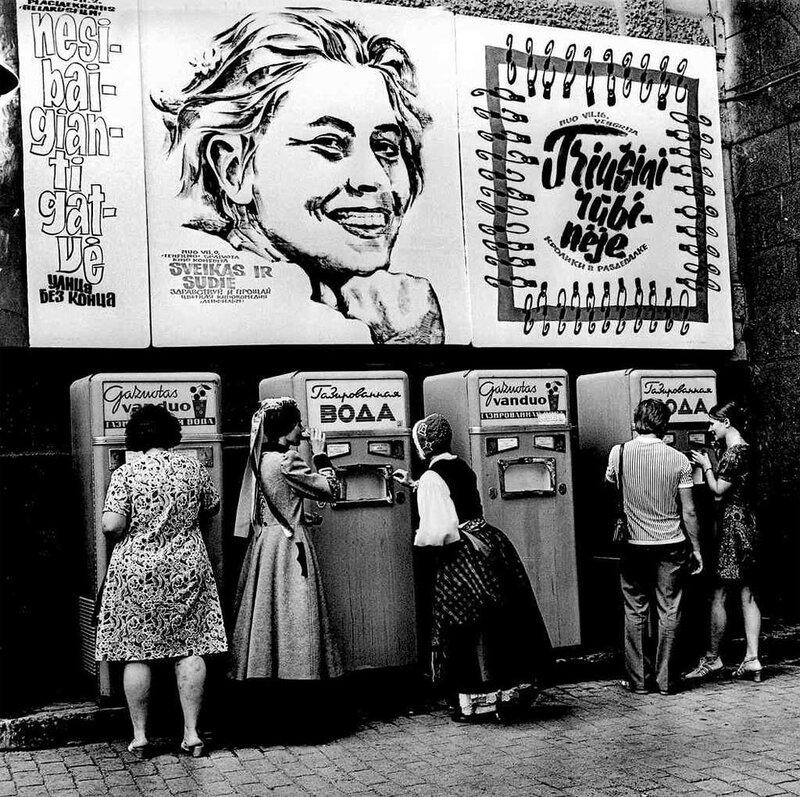 1970 metai - žiauri Lietuvos okupacija. Atkreipkite dėmesį, kaip naikinama Lietuvių kalba viešojoje erdvėje ir pal...