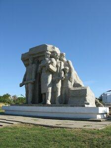 Достопримечательности Одессы - скульптурная композиция Народные мстители