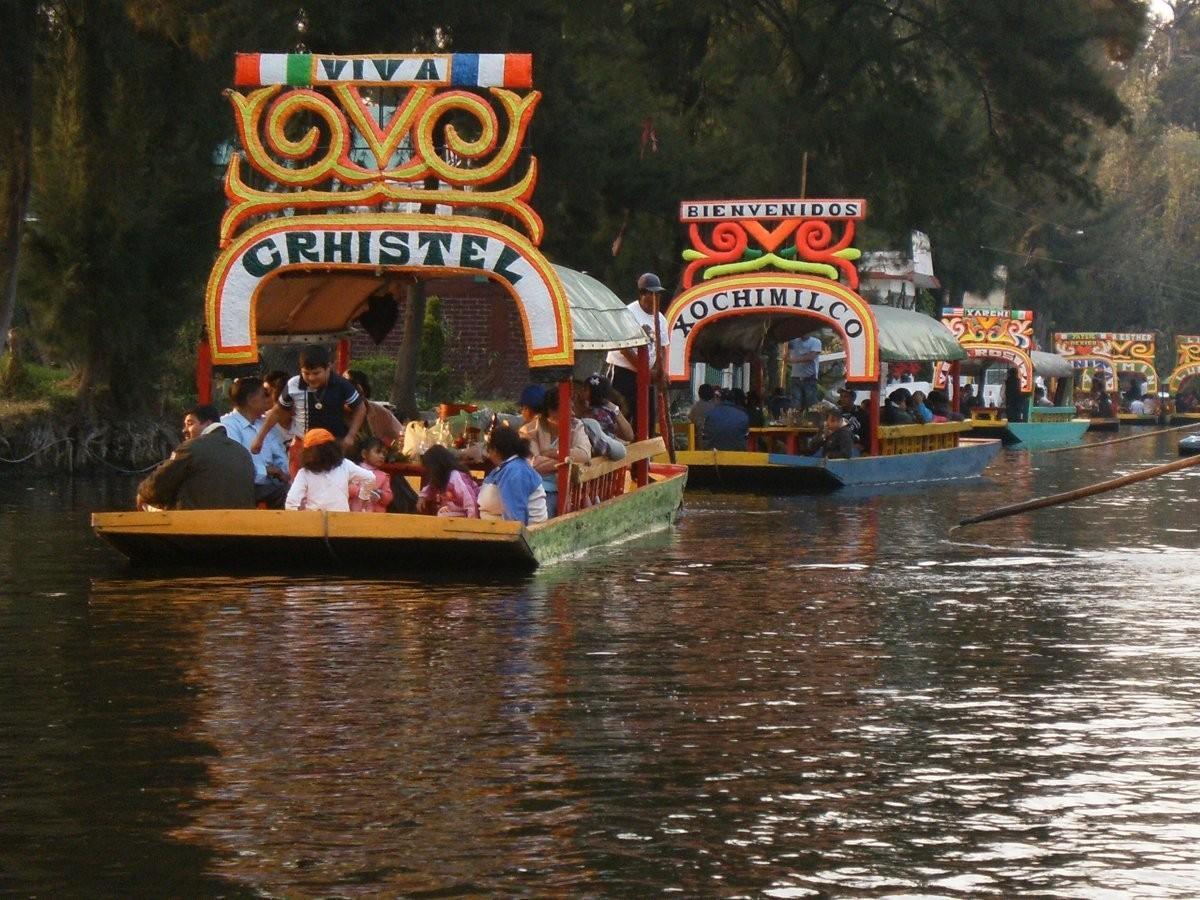 43. Поплавайте в траньере (яркая баржа без мотора) по каналам Сочимилько, Мехико.