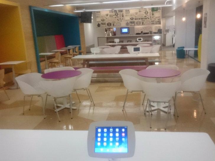 К обеденным столам прикреплены планшеты.