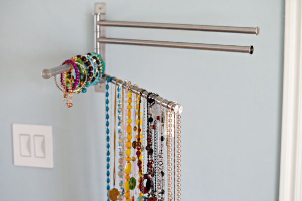 Отведите свободную стенку в шкафупод хранилище бижутерии. Держатель для полотенец стоит недорог