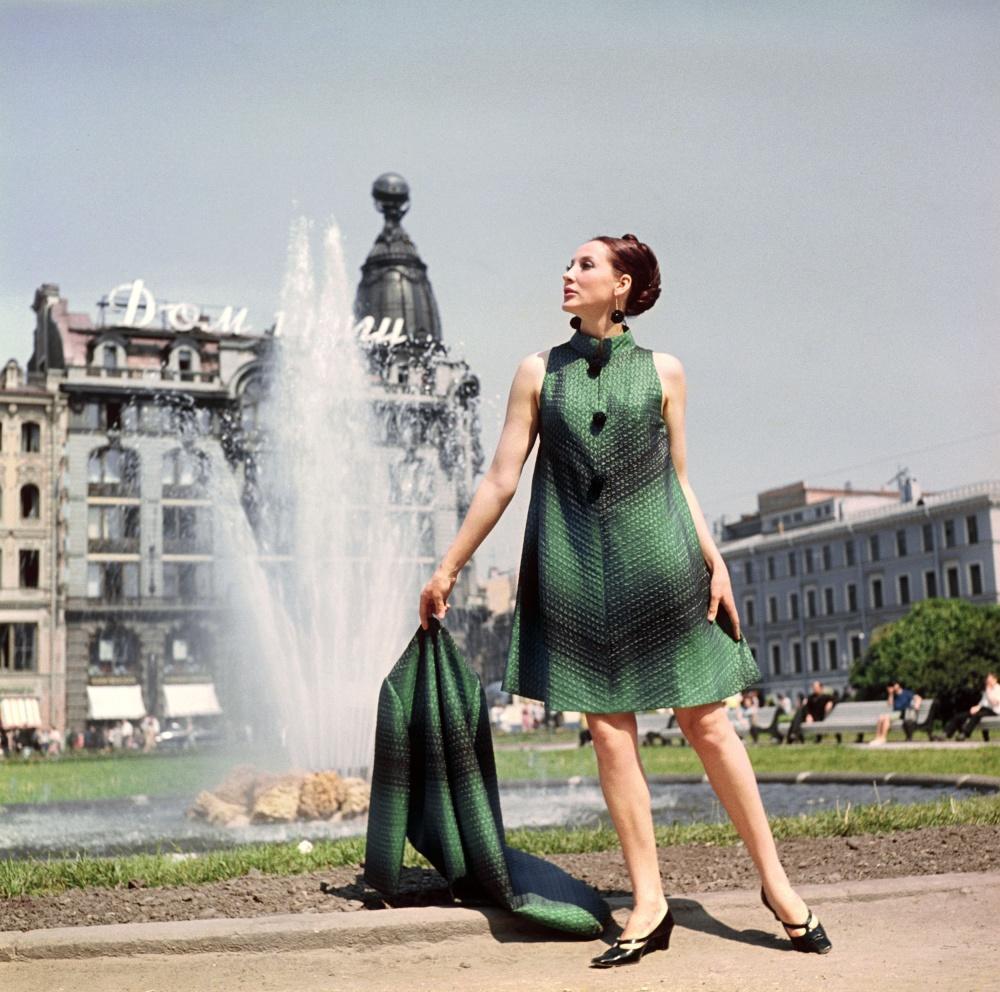 1. Демонстрация пальто и вечернего платья.1968 г. Фотохроника ТАСС/П.Федотов