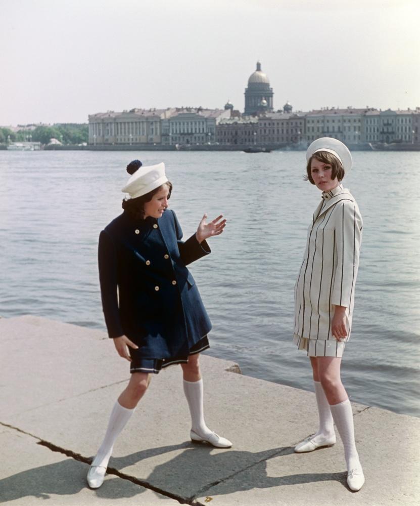 14. Демонстрация укороченных пальто в комплекте с платьем и костюмом. 1968 г. Фотохроника ТАСС/П.Фед