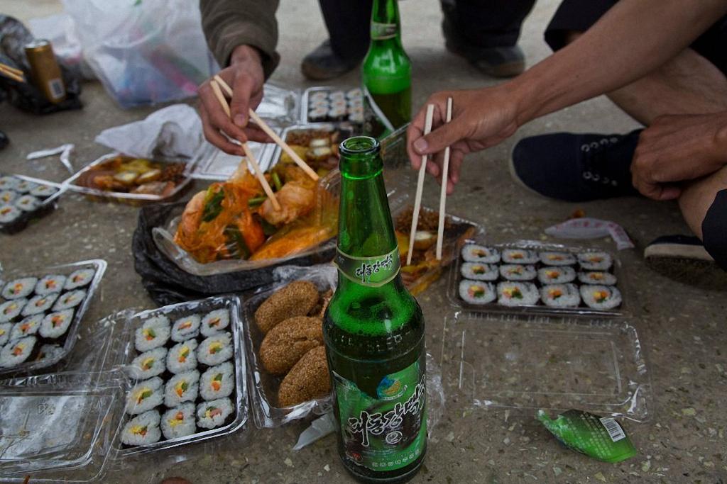 6. Северокорейский набор для пикника: суши, курятина и пиво местной марки Taedonggang. (Фото: AP Pho