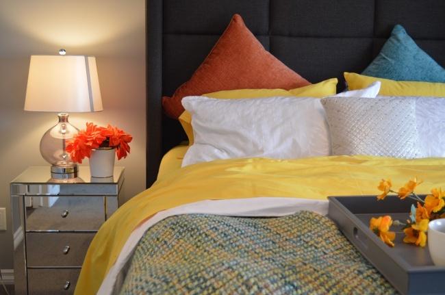 Качественное постельное белье изо льна или хлопка сделает спальню еще более нежной иприятной. Вовсе