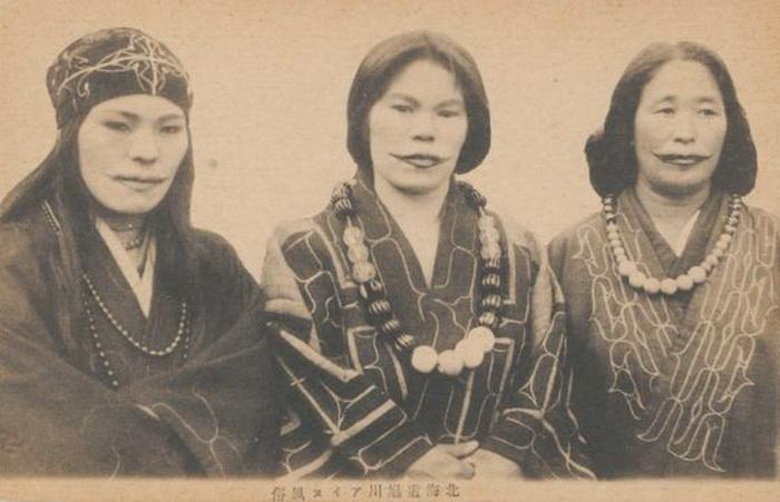 Не менее жестокой является традиция татуирования губ у представительниц народности айну, которые дел