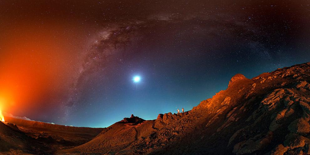 7. Питон-де-ла-Фурнез считается одним из самых активных вулканов в мире. (Фото Luc Perrot):<br