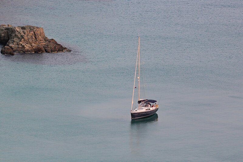 Парусная яхта в море в районе мыса Фиолент (Севастополь, Крым)