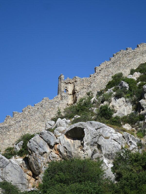 Одна из полукруглых башен западной стены