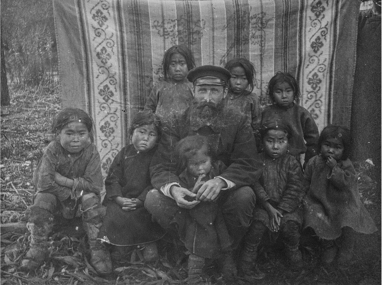 Дети нивхов с польским антропологом Брониславом Пилсудским (1866-1918)