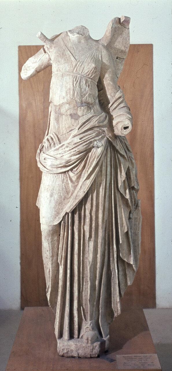 Самофракия. «Святилище великих богов». Фрагмент акротерия мистерального храма кабиров. 1964