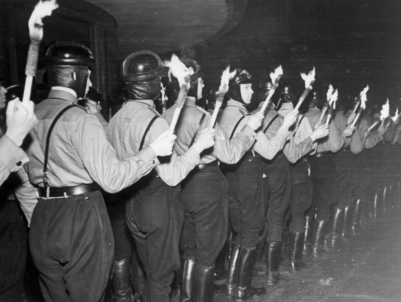 Гамбург. Члены Национал-социалистического механизированного корпуса стоят с факелами на митинге у здания мэрии