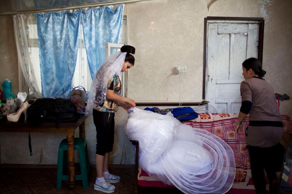 В деревенской гостиной невеста готовится к свадьбе. ЮНИСЕФ называет детские браки фундаментальным на
