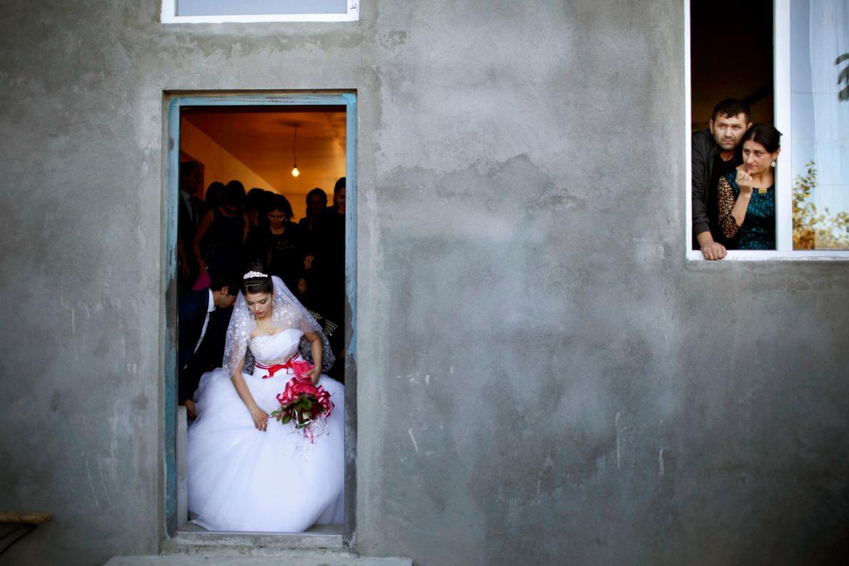 17-летняя невеста покидает родной дом. «Они словно плывут по течению. Потому что их прабабушка так д