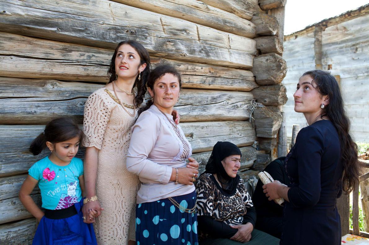Женщины и девушки вышли передохнуть во время празднования помолвки.