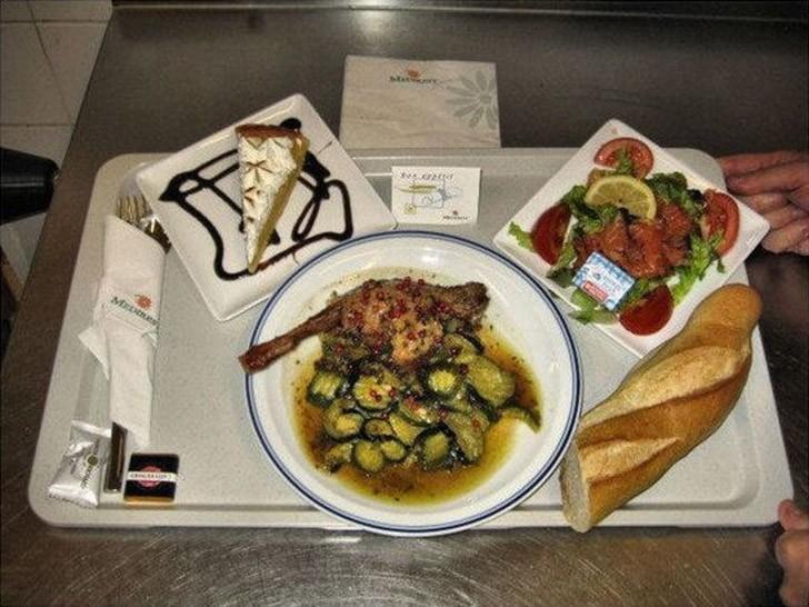 10. Париж, Франция: салат с копченым лососем, курица с кабачками, торт, багет.