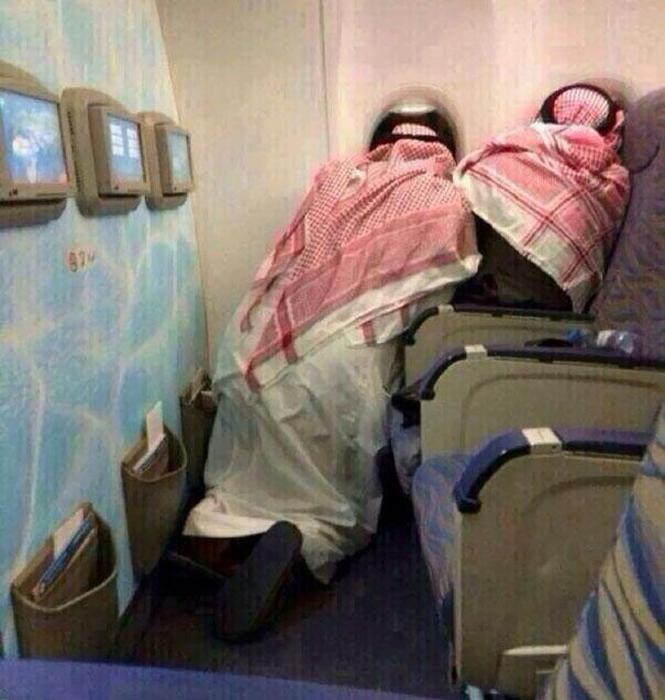 Арабы впервые в жизни летят на самолете.