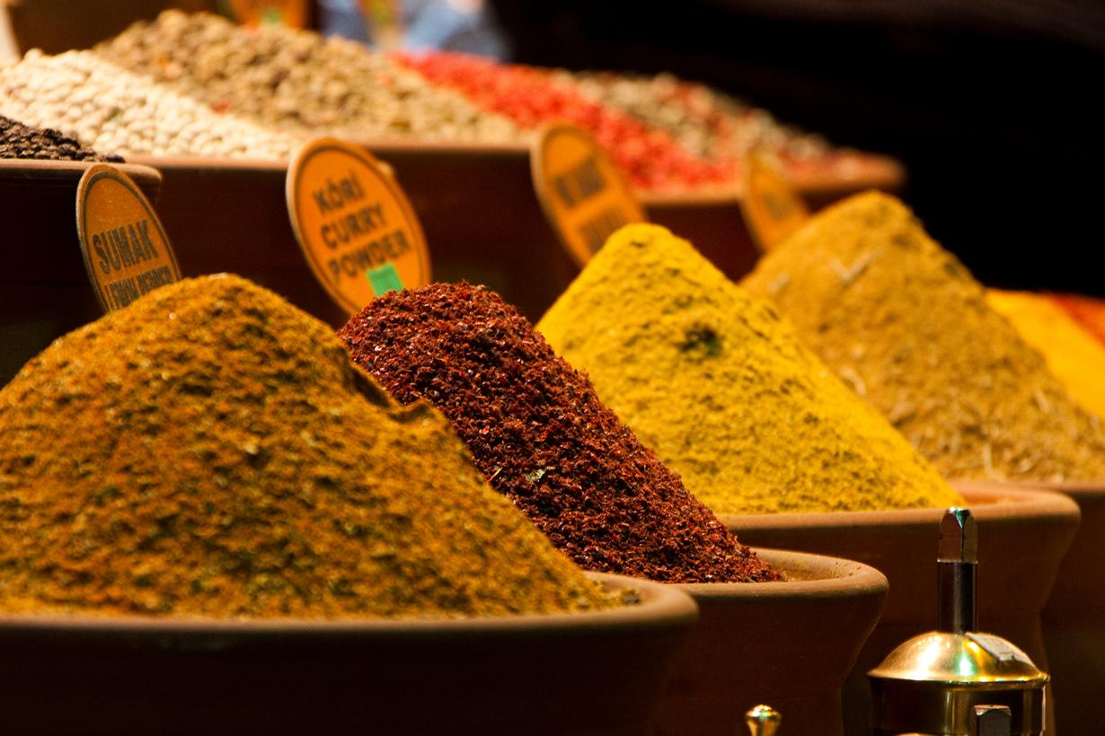 Основной ассортимент — специи, пряности, сладости, орехи и сухофрукты. (Hector de Pereda)