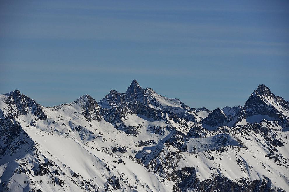 23. Великое горе пришло в горы. От ледяных порывов ветра умирали старики и дети, по ночам вдали