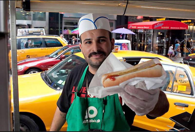 21. Салех Гобран, продавец хот-догов на углу Бродвея и 32-Стрит. «Клиент всегда прав», утверждает он