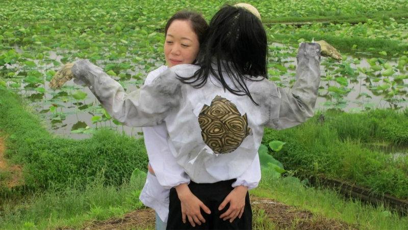 В этой фэнтезийной драме Синдзи Имаока много поют и танцуют. Главная героиня 35-летняя женщина