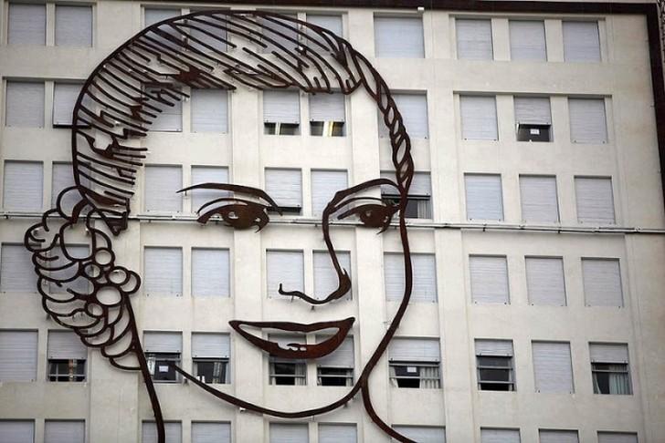 Буэнос-Айрес. Портрет Эвиты Перон установлен на здании министерства социальной защиты и развития.