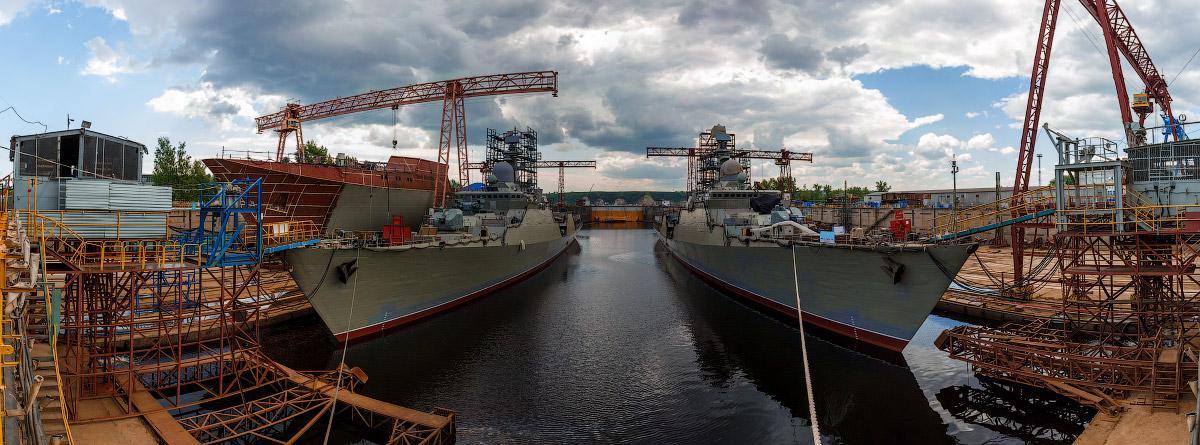 Док завода, где происходит достройка. Сейчас там на воду стоят два сторожевых корабля проекта 11661