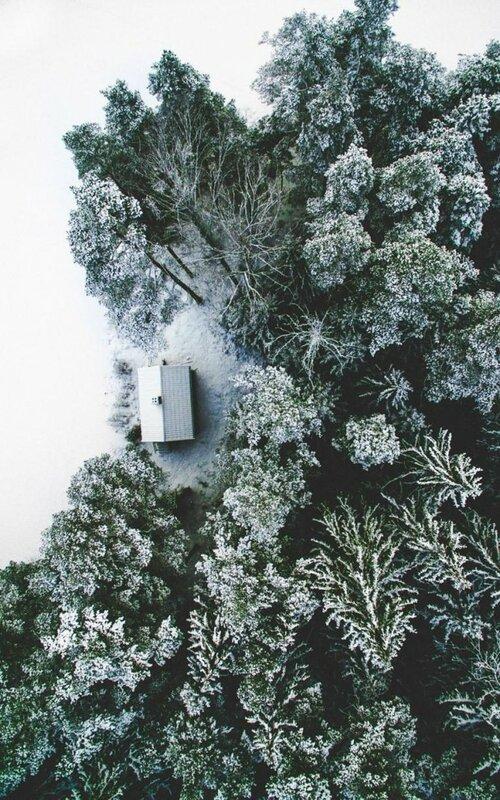 «Этот снимок был сделан в моём родном городе Эскильстуна. Это место называется Sotsjön. Крошечный домик со всех сторон окружен красивой природой и меленьким озером».