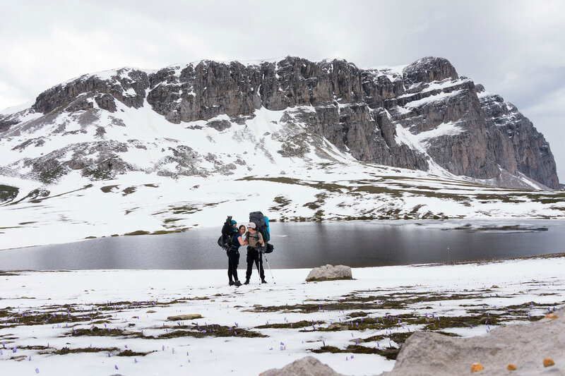 папа, мама и ребенок на перевале в пешем походе по горам Пинд