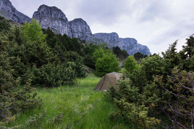 ночевка в палатке в горах пинд, греция
