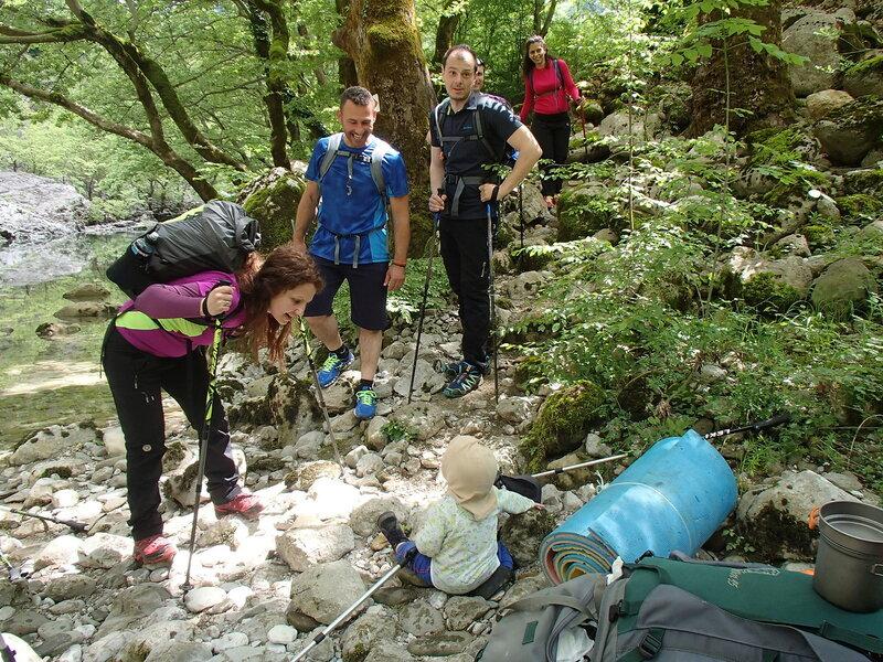 ребенок и группа туристов в ущелье Викос (child and group of hikers in Vikos gorge)