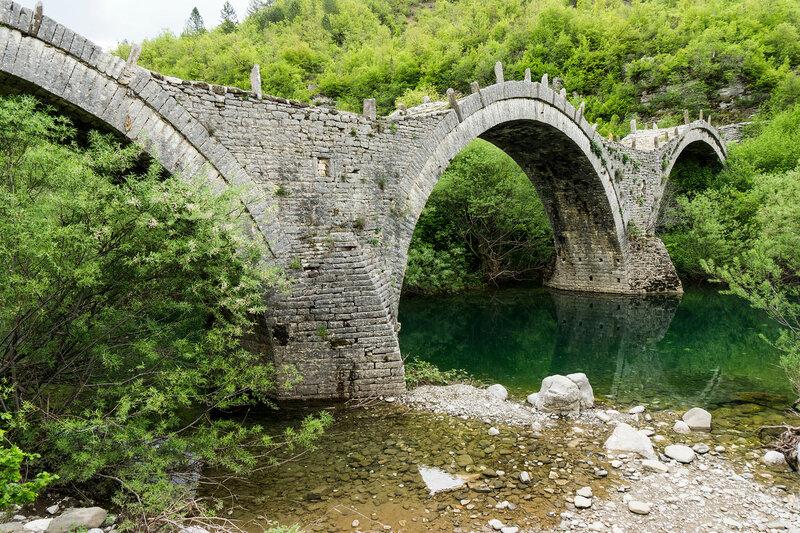 старинный каменный мост Plakida-Kalogeriko, Загория, Греция
