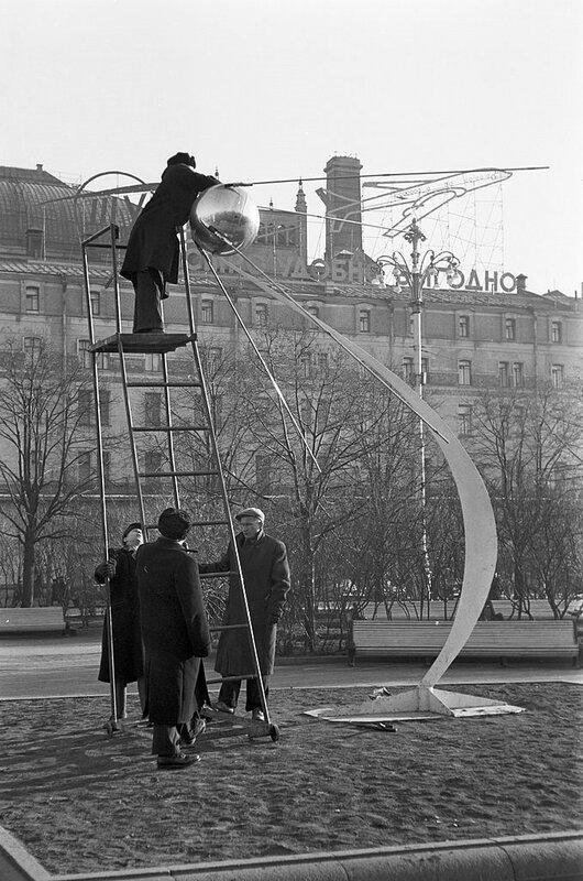 544541 Установка макета спутника 1959 Philippe Le Tellier.jpg