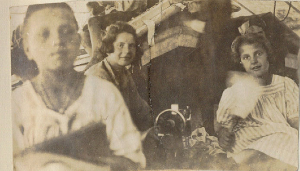 78. «Йомей-Мару». Тихий Океан. Агнесса Берзин (за швейной машинкой). Шьет платье для Сан-Франциско. Геня Лаздан