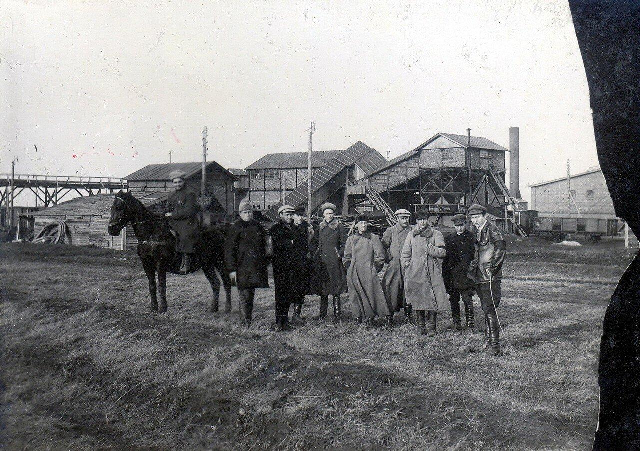 1928. Администрация во время осмотра сушильного завода