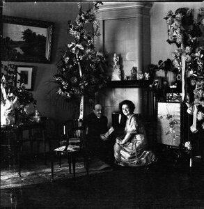 Артистка Вера Шувалова и мужчина в гостиной