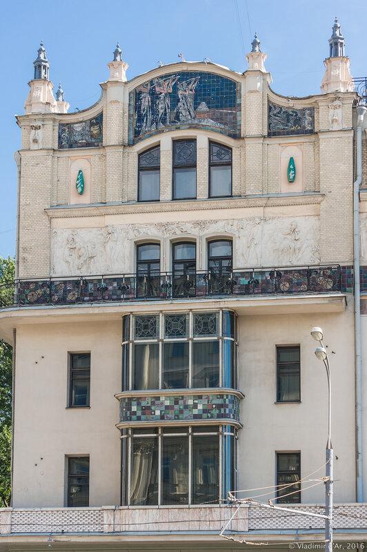 Левое крыло главного фасада гостиницы
