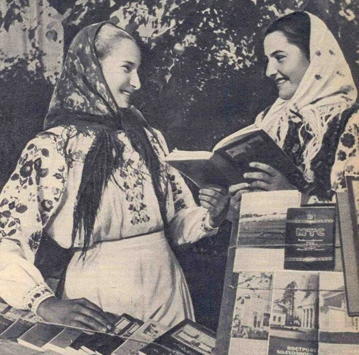 Колхозницы обсуждают новый безлимитный тариф МТС, 1930–е.