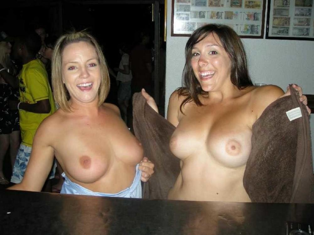 Девушки показывают сиськи