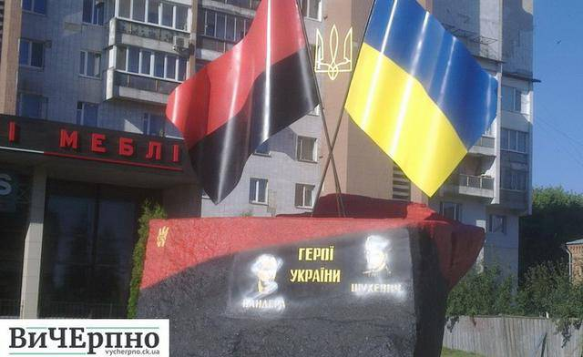 Неизвестные повредили памятный знак Бандере и Шухевичу в Черкассах, - полиция. ФОТО