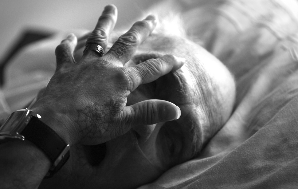 5. Хуан Морено дотрагивается до лба умирающего Уильяма Меррита. Тюремный хоспис открылся в 1991 году