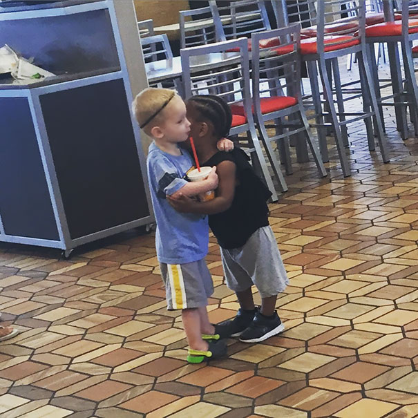Просто два незнакомых малыша встретились и обнялись посреди кафе.