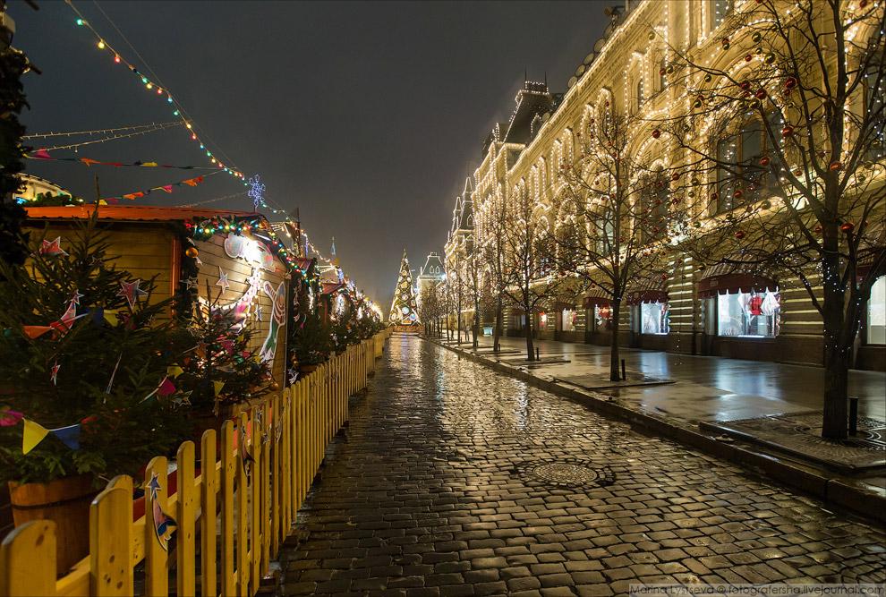 А вот так встречали Новый год в Париже на Елисейских полях: